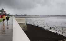 Kinh ngạc với hiện tượng bão hút sạch nước biển