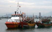 Hai tàu cá bị hỏng máy thả trôi trên biển