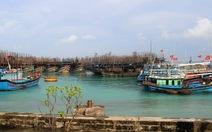 Hàng chục tàu cá vào âu tàu, làng chài Trường Sa trú ẩn