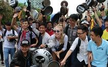 'Ảo tung chảo' ở  phố đi bộ Nguyễn Huệ, vui hay rảnh?