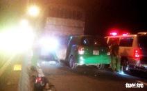 Taxi đâm vào xe tải dừng trên cầu Cần Thơ, 3 người chết tại chỗ