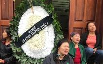 Bé 2 tuổi tử vong, gia đình mang vòng hoa đến phòng mạch