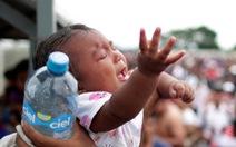 Mexico hé cửa biên giới cho người di cư nhưng ông Trump vẫn khen