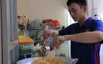 Sinh viên khởi nghiệp với nghề bán cơm online ở làng đại học