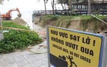 Sau đêm mưa, ven biển Đà Nẵng xuất hiện hố sạt lở lớn