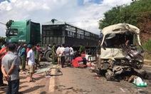 Xe đầu kéo đối đầu xe khách, hơn 10 người bị thương