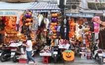 Bày bán nhiều mặt hàng phục vụ ngày hội Halloween