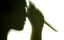 Bé gái 7 tuổi bị thanh niên đâm trọng thương trong sân nhà