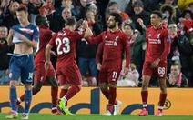 Salah lập cú đúp, đưa Liverpool lên ngôi đầu