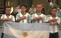 Xem người lùn đá bóng tranh Copa America ở Argentina