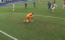 Video pha bắt bóng hài hước của thủ môn đội Feyenoord