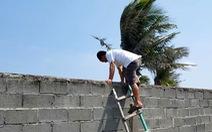 Dự án bít lối, dân leo tường ra biển