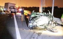 Mazda nát bét trên cao tốc Hạ Long - Hải Phòng, 2 người chết