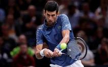 Djokovic ngưng trận đấu, giúp đỡ khán giả bệnh