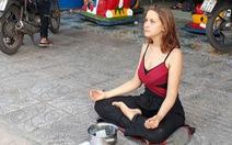 Nữ du khách Nga 'thiền' để xin tiền tiếp tục 'ăn vạ' ở Phú Quốc