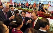 Thủ tướng khai mạc tuần lễ hàng Việt Nam tại Singapore