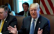 Ông Trump chỉ trích New York Times cầm đèn chạy trước ôtô