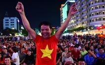 Phố đi bộ Nguyễn Huệ sôi nổi trận Việt Nam - Malaysia