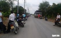 Hàng chục hộ dân chặn xe chở bình ăcquy cũ để phản đối nhà máy