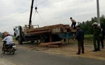 Bị truy đuổi, xe tải đổ gỗ ngổn ngang ra đường 'cản địa'