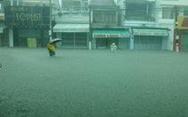 Mưa lớn, nhiều tuyến phố Nha Trang biến thành sông