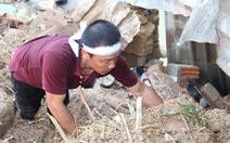 Đào bới tìm người mất tích do đất đá vùi lấp ở Nha Trang