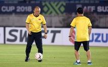 HLV Park Hang Seo đùa với bóng trong buổi tập trước trận gặp Myanmar