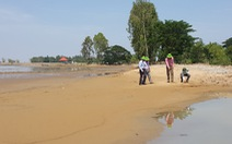 Nước lũ rút, đồng ruộng thành 'sa mạc cát'