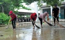 Thầy cô tạm quên 20-11 để quét dọn bùn đất trường lớp sau lũ