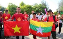 CĐV Myanmar và VN ùn ùn đến sân Thuwunna