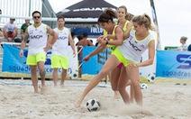 'Hoa hậu quần vợt' Bouchard trổ tài đá bóng