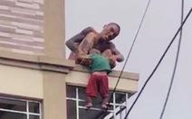 Người đàn ông dùng ma túy trước khi ném con xuống đất