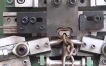 Máy cắt và uốn kim loại thành dây xích trong tích tắc