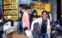 """Người Sài Gòn """"phấn khích"""" trong mùa Black Friday giảm đến 90% đầu tiên"""