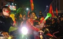 Thắng tuyển Campuchia, CĐV lại lao ra đường ăn mừng