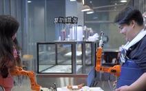 Độc đáo cánh tay robot đút thức ăn cho người