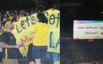 CĐV Malaysia cầu hôn bạn gái trên khán đài Bukit Jalil