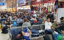 Mưa lớn ở Sài Gòn, nhiều máy bay phải bay... vòng vòng