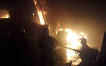 Đang cháy lớn xưởng lốp xe gần khu nhà trọ sinh viên