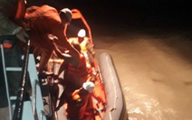Cứu 5 ngư dân liều lĩnh bơi ra tát nước ghe trong bão
