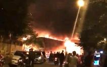 Xưởng sửa chữa ôtô ở Hà Nội bốc cháy dữ dội trong đêm