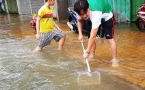 Người dân ven Sài Gòn rủ nhau bắt cá trên đường ngập