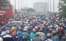 Kẹt xe kinh hoàng trên cầu Bình Triệu