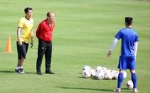 Ông Park nói chuyện riêng với Tiến Linh, Đức Huy trên sân tập sáng 26-11