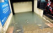 Hút nước ngập sâu ở nhiều ngân hàng Sài Gòn sau mưa lịch sử