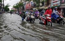 Người Sài Gòn đêm ngủ lang, sáng xếp hàng dài chờ sửa xe máy