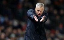 HLV Mourinho 'nổ', cổ động viên ngán ngẩm