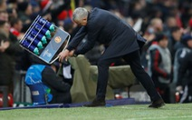 HLV Mourinho ăn mừng như 'điên' sau bàn thắng của Fellaini