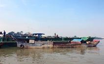 Bắt giữ 4 ghe thuyền khai thác cát lậu lúc rạng sáng