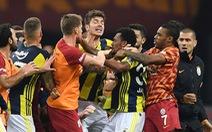 Cả đội 'hội đồng' một cầu thủ sau trận đấu ở Thổ Nhĩ Kỳ